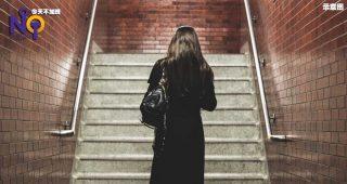 5582-地铁人员一个举动让她泪崩